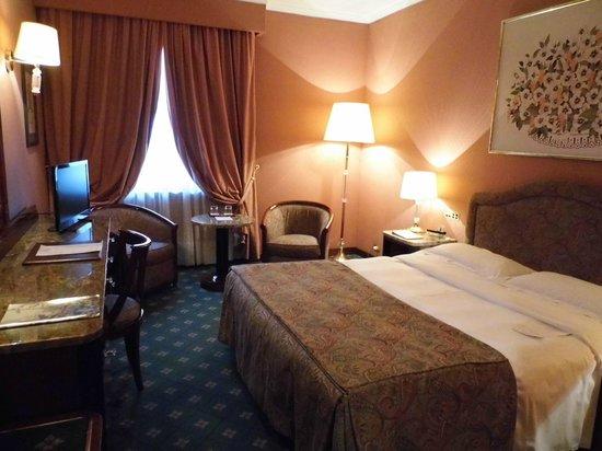 ADI Doria Grand Hotel: Zimmeransicht vom eingang aus gesehen