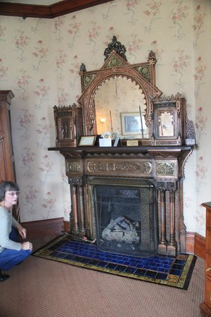 Belhurst Castle: Fireplace in room 104 - Bronze