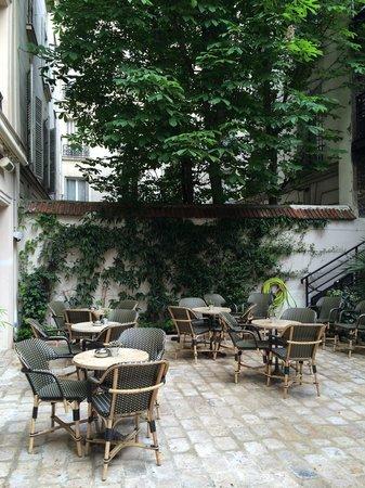 B Montmartre Hotel: Garden area