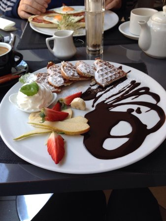 Magnes Restaurant Grill & Lounge: Sweet breakfast of waffles, cream, fresh fruit and chocolate sauce.