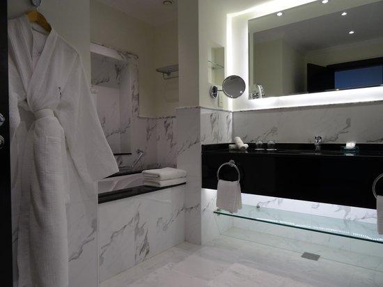 Le Meridien Al Aqah Beach Resort: Bathroom