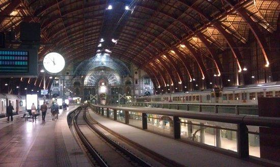 Bahnhof Antwerpen-Centraal: вокзал Антверпена ночью