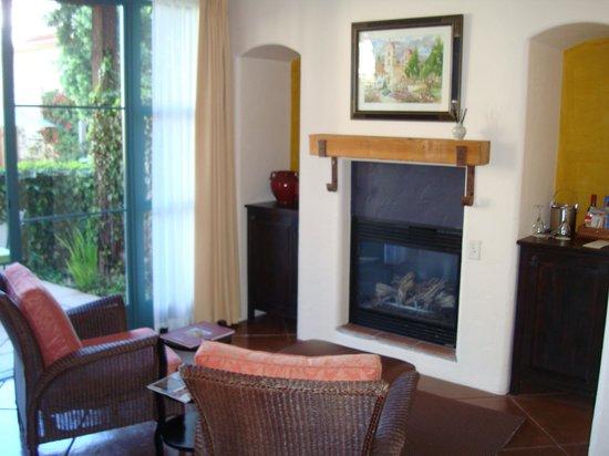 Spanish Garden Inn: Room seating area