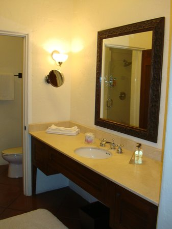 Spanish Garden Inn: Bathroom sink area