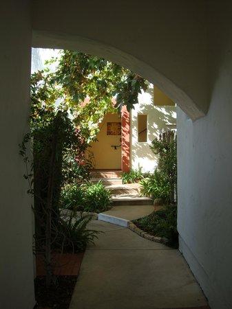 Spanish Garden Inn: Hotel corridor
