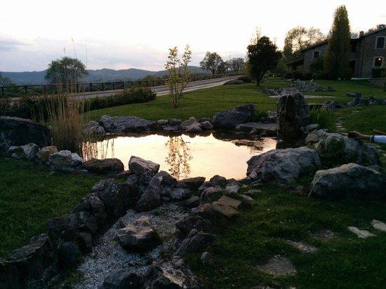 Le Case : Il laghetto, il tramonto e una vista mozzafiato...cocktail d'amore allo stato puro!