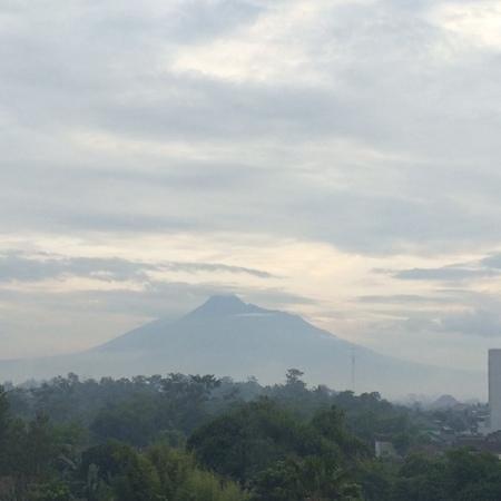 Sheraton Mustika Yogyakarta Resort and Spa : Merapi mountain seen from the breakfastroom