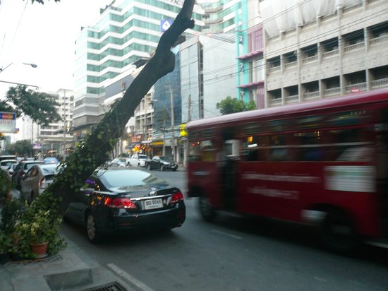 Nantra De Comfort: ホテル前からBTSトンロー駅までは目の前の赤バスが便利