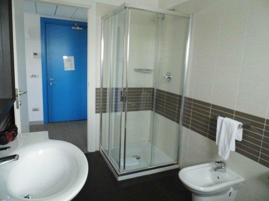 Zambala Luxury Residence: Badezimmer mit Dusche vom Fenster aus