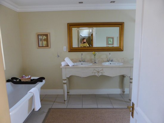 Franschhoek Country House & Villas: dual sinks in bathroom