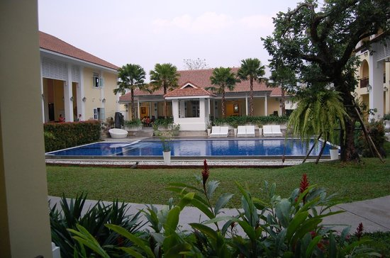 Kham Thana Hotel: piscine et restaurant derrière