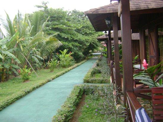 Hotel Arenal Montechiari: Giardini davani ai bungalw