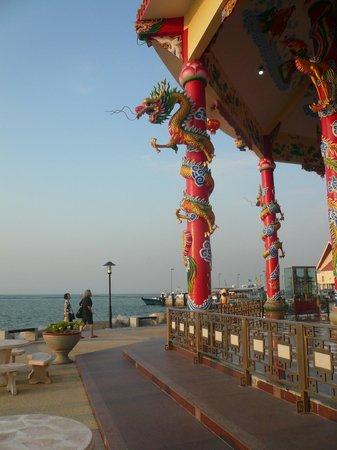 Roy Island : 海に向かって建つ中国風祠