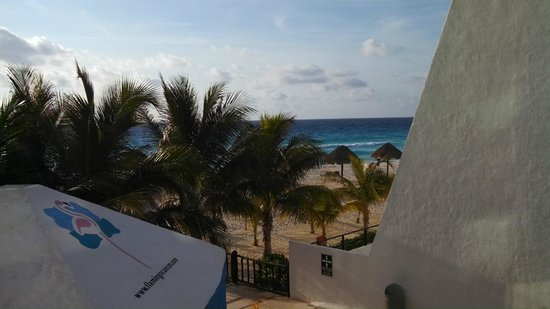 Flamingo Cancun Resort: from the entrance to the beach