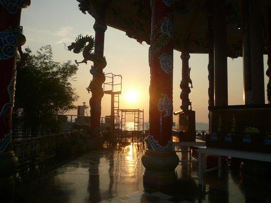 Roy Island : 中国の祠と夕日