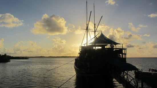 Manta Ray Bay Resort: Restaurantschiff Nwuw bei Sonnenaufgang