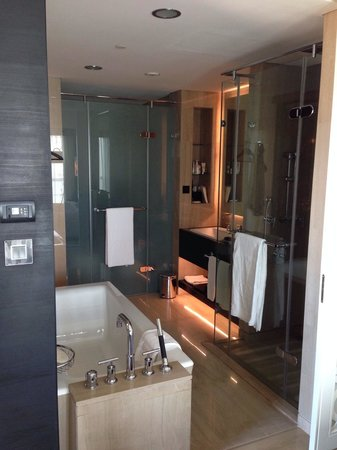 Sofitel Abu Dhabi Corniche: beautiful bath room !! lot of space !!