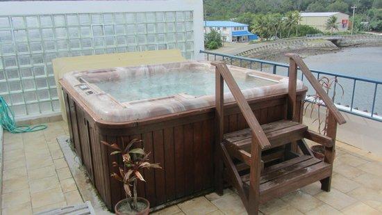 Manta Ray Bay Resort: Jacuzzi auf Dachterrasse des Zimmer 301