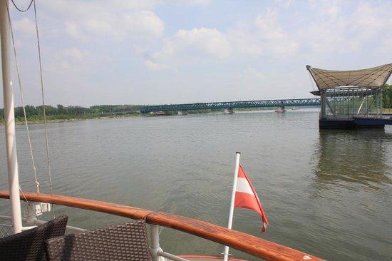 MS Stadt Wien: la poppa, la bandiera e il ponte sullo sfondo