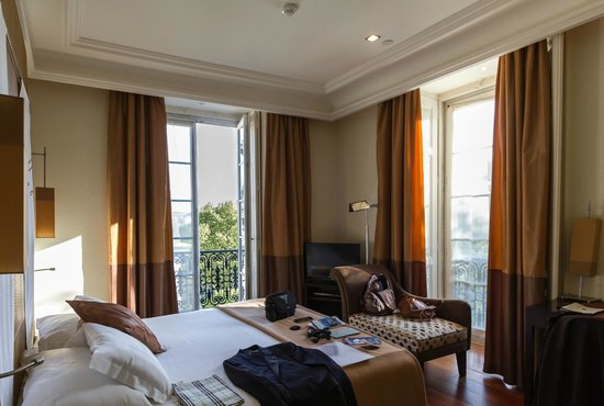 Heritage Avenida Liberdade: Room 41 showing 2 of the 3 floor-to-ceiling windows