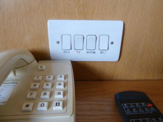 Royal National Hotel: La tele tiene interruptor, por si a la noche le dais sin querer y al día siguiente no os funcion