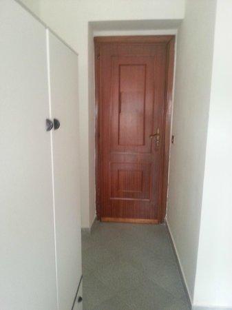 Hotel Souvenir: Porta della camera e armadio