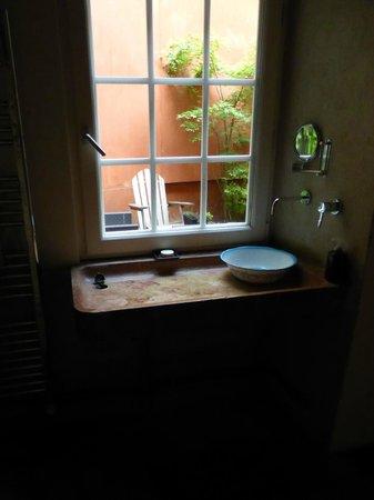 Luxury Flat in Dijon: Lavabo ancien de la salle de bains