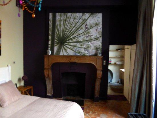 Luxury Flat in Dijon: Chambre style ancien avec cheminée décorative