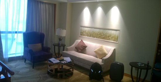 DoubleTree by Hilton Wuhu: Living room of the suite