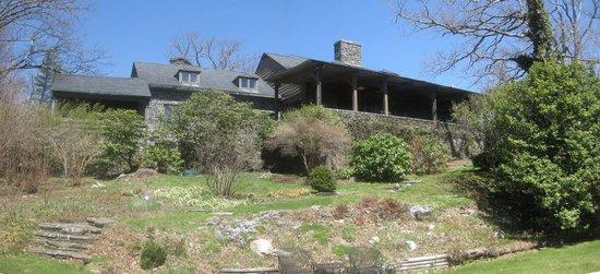 Gideon Ridge Inn: Garden side of the inn