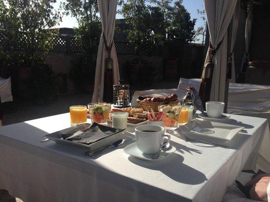 Riad Noir d'Ivoire: Petit-déjeuner sur la terrasse de la suite