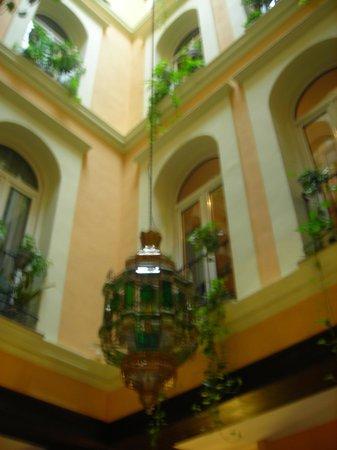 Reina Cristina Hotel: particolare hall 1