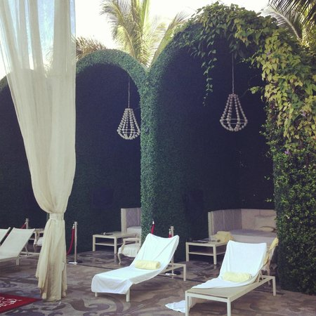 Mondrian South Beach Hotel: lounge outside on the harbor