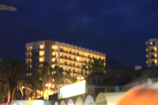 Sol Tenerife: вечерний вид отеля