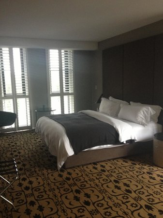 Burbury Hotel: Huge bedroom with plantation shutters and pleasant view