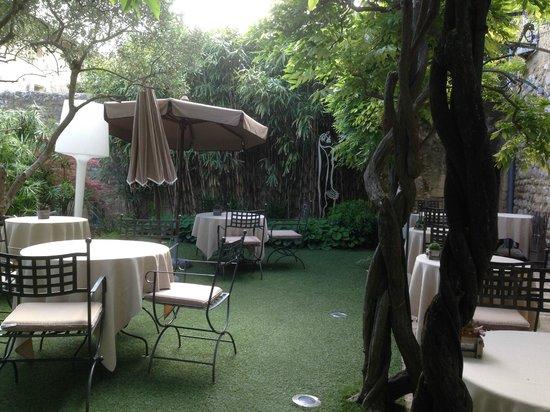 Hostellerie Le Castellas : Terrasse /jardin verdoyant