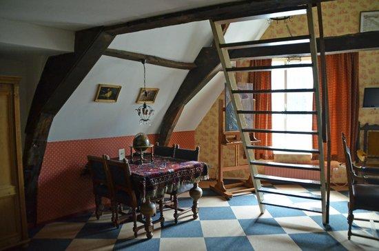 Hotel de Emauspoort: Vermeer room wuth rug and globe
