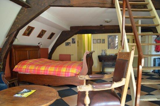 Hotel de Emauspoort : Sleigh Bed and dresser