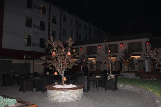 Red Wall Garden Hotel: Courtyard lit up at night