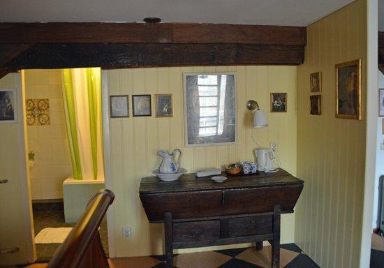 Hotel de Emauspoort : Dresser with wash basin