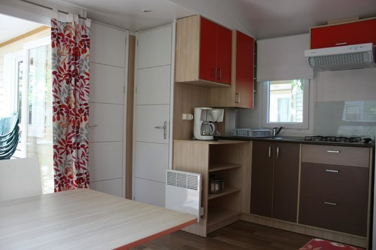 Camping Club Le Littoral : mobil-home coin cuisine