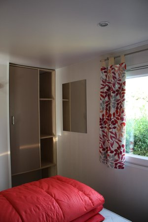 Camping Club Le Littoral : chambre lit double