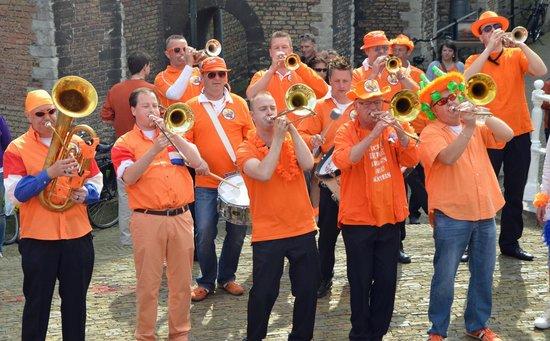 Hotel de Emauspoort: Koningsdag Band