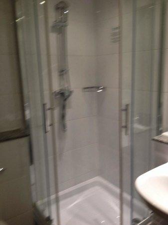 Strand Palace Hotel: Shower room