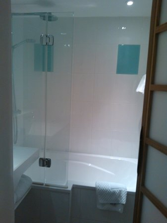 Novotel Glasgow Centre: Rainfall shower with separate handset - awesome start to the day!