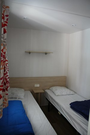 Camping Club Le Littoral : chambre 2 lits simple
