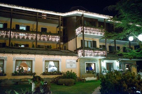 Hotel La Genzianella: Фасад отеля вечером