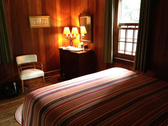 Historic Tapoco Lodge Resort: Charming and so comfortable...   I want one of these luxurious beds