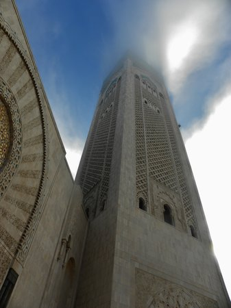Mosquée Hassan II : A square minaret in the mist