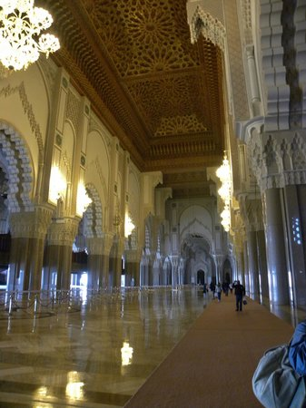 Mosquée Hassan II : The main aisle of the mosque